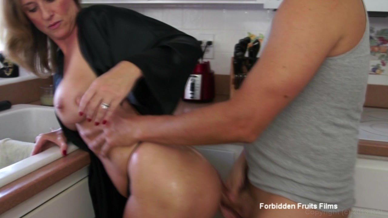 Dickriding milf seduces her new stepson