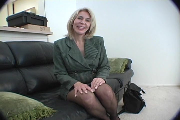 Hot mom Erica Lauren facesitting a young man she's supposed to be tutoring № 483855  скачать