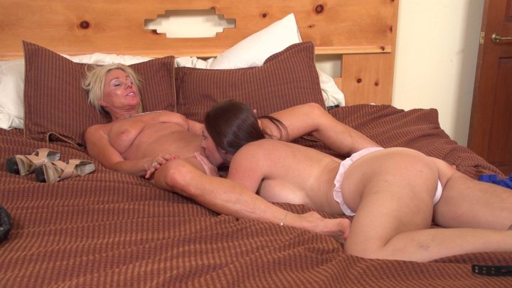 Brunette Beauty Mindi Mink and Blonde MILF Payton Hall Make out and Eat Pussy