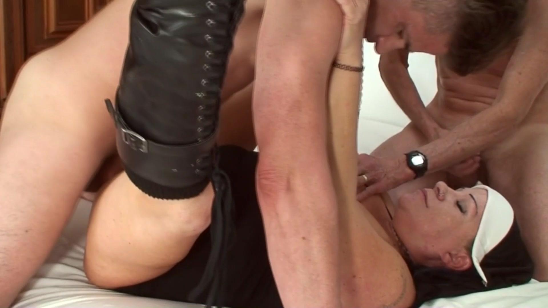 Hanner montaner getting her tits showen