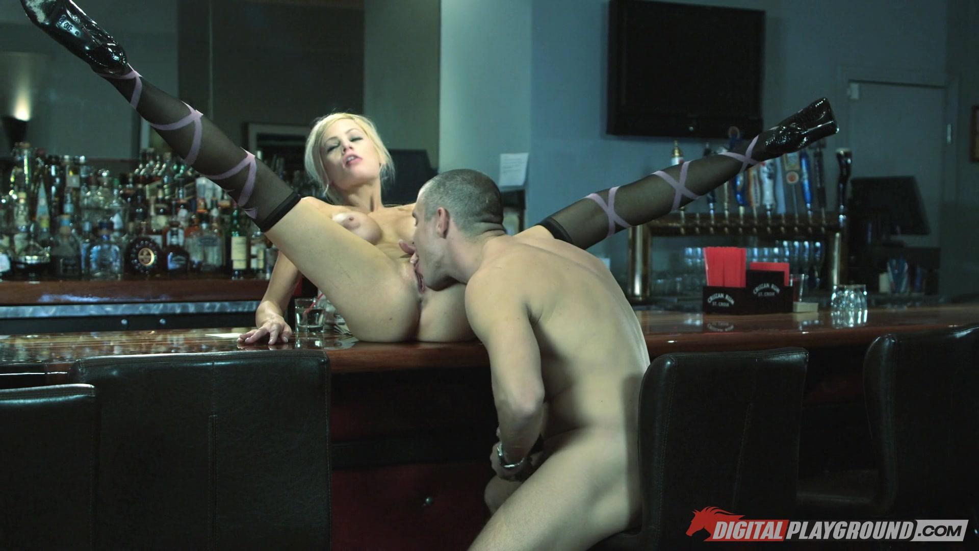 Две грудастые блондинки лизались на барной стойке, полный кайф секс видео